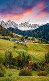 Storartad sikt av den Santa Maddalena byn framme av den Geisler eller Odle Dolomitesgruppen Färgrik höstsolnedgång i DolomiteAl arkivbild