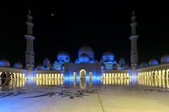 Storartad sikt av det inre området av Sheikh Zayed Grand Mosque, beautifully exponerat med blått ljus i aftonen royaltyfri foto