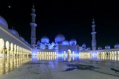 Storartad sikt av det inre området av Sheikh Zayed Grand Mosque, beautifully exponerat med blått ljus i aftonen royaltyfri bild