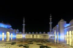 Storartad sikt av det inre området av Sheikh Zayed Grand Mosque, beautifully exponerat med blått ljus i aftonen arkivfoto