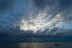 Storartad sikt av havet och molnen Royaltyfri Bild