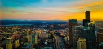 Storartad sikt av solnedgången från Seattle horisont Royaltyfria Foton