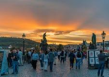 Storartad sikt från solnedgångbron i Prague Arkivfoton