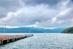 Storartad sikt som kombinerar molnet, berghavet och bron Royaltyfria Foton