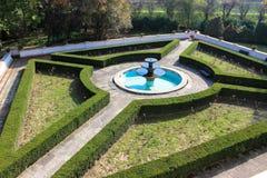 Storartad slottlabyrintträdgård med springbrunnen royaltyfri bild