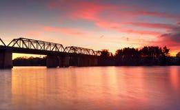 Storartad solnedgång Victoria Bridge över den Nepean floden Penrith Arkivbild
