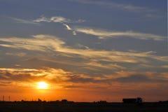 Storartad solnedgångsikt och en lastbil Royaltyfri Bild