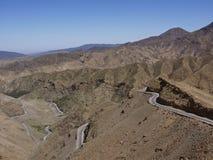 Storartad väg i bergen Arkivbild