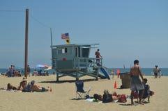 Storartad vit sandstrand i Santa Monica With Its Pretty Lifeguard stolpar Juli 04, 2017 Lopparkitekturferier Arkivfoton