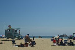Storartad vit sandstrand i Santa Monica With Its Pretty Lifeguard stolpar Juli 04, 2017 Lopparkitekturferier Royaltyfri Bild