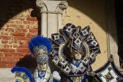 Storartade dräkter i Venedig, karneval royaltyfria bilder