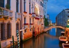 Storartade facades i Venedig på natten. fotografering för bildbyråer