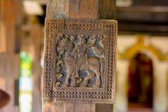 Storartade forntida träsniderier på den Embekka templet i Kandy Royaltyfri Fotografi
