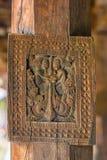 Storartade forntida träsniderier på den Embekka templet i Kandy Royaltyfria Foton