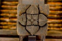 Storartade forntida träsniderier på den Embekka templet i Kandy Royaltyfri Bild