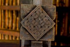 Storartade forntida träsniderier på den Embekka templet i Kandy Royaltyfria Bilder