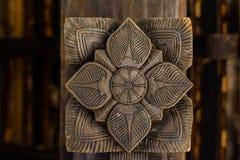 Storartade forntida träsniderier på den Embekka templet i Kandy Arkivfoto