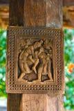 Storartade forntida träsniderier på den Embekka templet i Kandy Arkivbilder