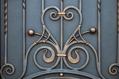 storartade smidesjärnportar, dekorativt smide, falsk eleme royaltyfria foton