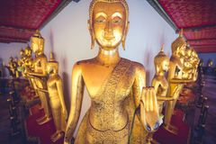 Storartade statyer i tempel i Thailand, Asien royaltyfri foto