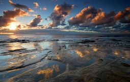 Storartade vattenreflexioner på soluppgång Arkivfoton