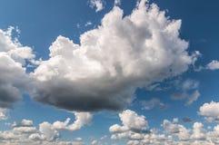 Storartat moln i den blåa himlen Royaltyfri Foto