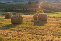 Storartat vårlandskap på soluppgång Härlig sikt av det typiska tuscan lantgårdhuset Arkivbild
