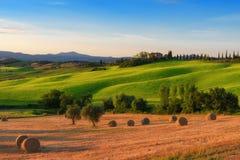 Storartat vårlandskap på soluppgång Härlig sikt av det typiska tuscan lantgårdhuset Arkivfoton