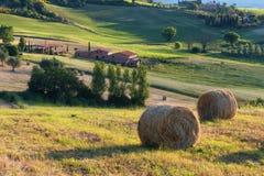 Storartat vårlandskap på soluppgång Härlig sikt av det typiska tuscan lantgårdhuset Royaltyfri Bild