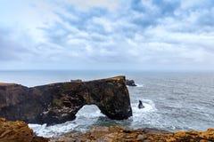 Storartat vagga bågen på Dyrholaey, Island Arkivfoton