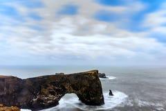 Storartat vagga bågen på Dyrholaey, Island Arkivbild