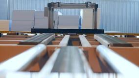 Storaxschuim op werktuigmachines, transportbandlijn binnen machinaal die wordt bewerkt die stock videobeelden