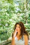 Storbystad flott mogen kvinna som täcker hennes mun royaltyfri bild