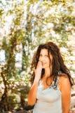 Storbystad flott mogen kvinna som täcker hennes mun fotografering för bildbyråer