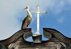Storch und ein Kreuz Lizenzfreie Stockfotos