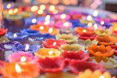 Storczykowa świeczka z światło pławikiem na wodzie zdjęcia royalty free