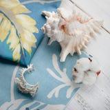 Storczykowy kwiatu set przeciw popielatej drukowanej tkaninie Obrazy Stock