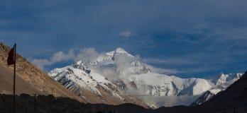 Stordendo alla prima vista; Il fronte del nord della montagna di Everest fotografia stock libera da diritti