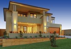 Una casa moderna dei due piani con un balcone immagine for Piani di caverna di garage uomo