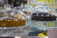 Storefront, waarop platen met desserts royalty-vrije stock foto's
