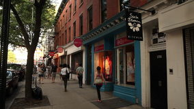 Storefronts op Bergen Street in Parkhelling, Brooklyn stock videobeelden