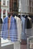 Storefrontvertoning van kleren Stock Afbeelding