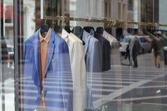 Storefrontvertoning van kleren Stock Foto
