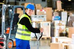 Storeman com o motor no armazém da transmissão Imagens de Stock