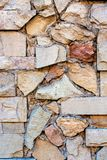 Storen specificerar Fragmentet av murverkväggen med dekorativt stenar klippning royaltyfri fotografi