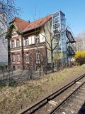 2-storeyed дом на железной дороге стоковые изображения rf