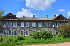 2-storeyed деревянный дом на улице Stepan Razin в городе Torzhok Стоковые Изображения RF
