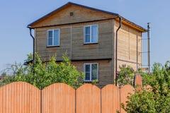 2-storeyed деревянный дом Стоковые Фотографии RF