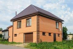 2-storeyed оранжевый дом кирпича Стоковые Изображения