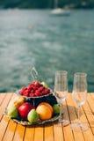 2-storeyed плита с плодоовощами: поленики, персик, яблоки, смоквы Стоковые Фото